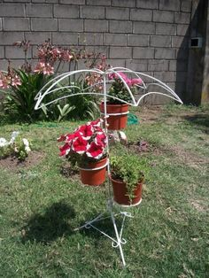 Resultado de imagen para portamacetas de hierro Flower Cart, Flower Pots, Garden Rack, Door Gate Design, Diy Playground, Iron Plant, Grill Design, Flower Stands, Iron Decor
