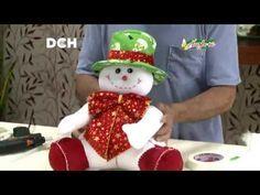 Realizamos este muñeco con tela polar o paño lenci. Los moldes los encuentras en el Cuadernillo de Navidad Nº A la v… Christmas Stockings, Christmas Holidays, Christmas Wreaths, Christmas Decorations, Christmas Ornaments, Snowman Crafts, Felt Crafts, Holiday Crafts, Easter Crafts For Kids