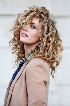Breathtaking Medium Curly Hairstyles 2018 for Women To Consider This Year. - Hair and Beauty Curly Hair Cuts, Short Curly Hair, Curly Hair Styles, Wavy Hair, Kinky Hair, Curly Balayage Hair, Wild Curly Hair, Medium Curly, Hair Medium
