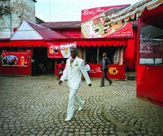 Harar, Éthiopie, 2013. C'est dans les années 2000 que la couleur réapparaît et s'impose, elle n'est plus liée au reportage, à la presse, à l'événement mais à la quête d'une vérité de soi, à la recherche du bonheur, d'un endroit où vivre, d'un commencement.