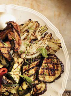 Recette de Ricardo. Une recette de salade aux légumes grillés et au fromage de chèvre. Avec des poivrons, des courgettes, du basilic. Une recette santé et rapide.