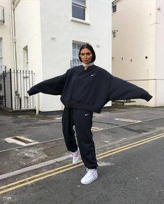 Nike Mini Swoosh oversized black sweatshirt comfortable look! Winter Fashion Outfits, Look Fashion, Nike Fashion, Fashion Women, Sporty Fashion, Fashion Weeks, Lolita Fashion, Fashion Spring, Milan Fashion