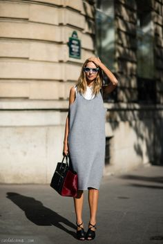 Summer street style fashion: Mimial chic sleeveless grey dress over sleeveless white shirt + two-tone tote bag + stylish cutut shoes.
