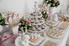 O batizado da Isabela ganhou uma decoração tradicional e delicada, em rosa e branco, assinada por Fabiana Moura. Anjinhos enfeitaram a festa e serviram de