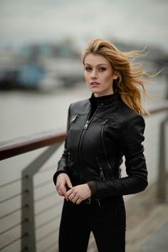 Katherine McNamara - Get the latest clothes,outfits and style photos and videos today! Katherine Mcnamara, Isabelle Lightwood, Clary Und Jace, Clary Fray, Gorgeous Women, Beautiful People, Beyonce Fans, Amy Johnson, Blonde Actresses