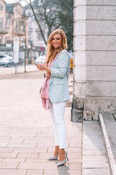 So kombinierst du feminin einen blauen Blazer