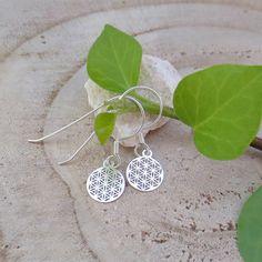 Die Ohrringe mit dem Blume des Lebens Symbol werden in liebevoller Handarbeit gefertigt. Silver, Jewelry, Life Symbol, Flower Of Life, Ear Jewelry, Handmade, Handarbeit, Flowers, Jewlery