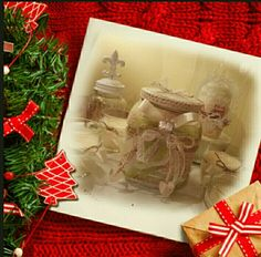 """Artista Monica Bonaventura.  """"Il vaso di olive di Cristina"""". Riciclo di un vaso in vetro decorato in parte con materiale di recupero."""