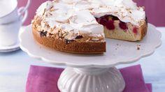 Diese süße Haube auf versunkenen Früchten: Kirsch-Baiser-Torte mit Buttermilch   http://eatsmarter.de/rezepte/kirsch-baiser-torte