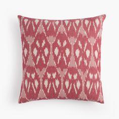 Cojín rojo de algodón. Técnica Ikat. Red cotton cushion. Ikat tecnique.
