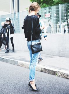 Cuffed jeans + black leather pumps