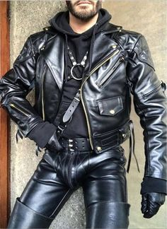 Men's Leather Jackets: How To Choose The One For You. A leather coat is a must for each guy's closet and is likewise an excellent method to express his individual design. Leather jackets never head out of styl Mens Leather Pants, Biker Leather, Leather Gloves, Leather Jackets, Mens Fur, Mens Gloves, Brown Leather, Mode Masculine, Leder Outfits