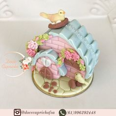 🌸🦋Pão de mel casinha 🦋🌸 #paodemelcasinha #paodemeljardimencantado #docespersonalizadosbsb #festabsb #decorbsb #docesbsb #decorecomdoces… Fondant Cake Toppers, Fondant Cakes, Cupcake Cakes, Rose Cookies, Iced Cookies, Cupcakes Decorados, Baker Cake, Foundant, Chocolate Covered Oreos