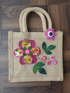 Itens semelhantes a Springtime Jute Lunch Bag na Etsy - Diy bolsa sacola Hessian Bags, Jute Bags, Jute Lunch Bags, Embroidery Bags, Etsy Embroidery, Patchwork Baby, Diy Tote Bag, Fabric Bags, Portfolio