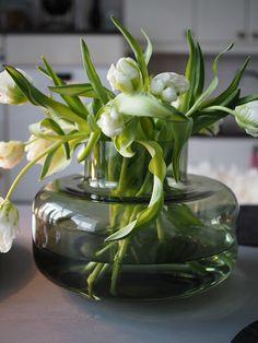 Mansikkatilan mailla: Kukkailottelua tulppaaneilla Marimekko, Pyrex, Consoles, Glass Vase, Plant, King, Decoration, Flowers, Shop
