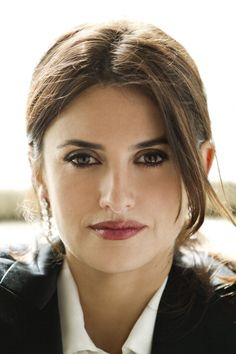 Penelope Cruz. Dark Winter balanced face with defined eyes and lips. This is the look of the woman who will take control of the day.