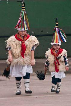 Carnavales ancestrales de Ituren y Zubieta, el futuro ya está aquí. Basque Country Spain Country, Basque Country, Spain Culture, Biarritz, Folk Dance, Cultural Diversity, Photos Du, People Around The World, Life Is Beautiful