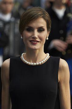 Hier soir, le roi Felipe, la reine Letizia et la reine Sophia ont assisté à la cérémonie de remise des prix Princesse des Asturies qui avai...