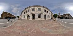 ýchPanoráma Palác Klobušickovcov, Historické centrum mesta, Prešov, Slovensko. Honosné palácové sídlo barónov Klobušických je jednou z ozdôb historického centra Prešova. Okoloidúcich zaujme predovšetkým svojou prekrásnou štukovou výzdobou, ktorá je dielom význačných talianskych majstrov. Palác bol postavený v polovici 18. storočia v neskorobarokovom slohu – v tzv. štýle Ľudovíta XVI.