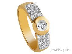 Der stilvolle Diamantring ist aus Gelb-Gold gefertigt und mit insgesamt 21 weißen Diamanten im klassischen Brillant Schliff besetzt. Ein tolle Geschenkidee zu Ostern. Überraschen Sie Ihre Partnerin mit edlem Diamantschmuck. In unserem Schmuck Online Shop www.jewels24.de finden Sie Diamantschmuck - direkt vom Hersteller aus Idar-Oberstein. #diamantschmuck #geschenkidee #ostern #ostergeschenk Schmuck Online Shop, Fashion, Jewelry Shop, Princess Cut, Stocking Stuffers, Yellow, Moda, Fashion Styles, Fashion Illustrations