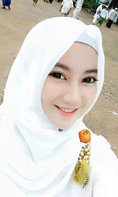 Pin Image by Bunda Hijaber Beautiful Muslim Women, Beautiful Hijab, Muslim Brides, Muslim Girls, Girl Hijab, Hijab Outfit, Ootd Hijab, Hijab Collection, Muslim Beauty