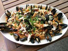 Un'insalata di mare da far invidia a molti ristoranti, alle isole Tremiti il pesce fresco non manca mai. Consumarlo a bordo di un comodo caicco tutto per voi non ha prezzo!   http://www.jonas.it/isole_tremiti_caicco_438.html