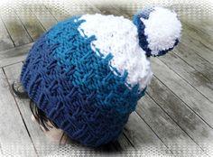 Die Bommelmütze hat ein tolles Muster, ist schön fest gestrickt und besticht durch die Farben dunkelblau, petrol und weiß. Ein absoluter Hingucker