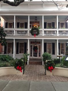 Southern Christmas Home Exyerior Southern Homes, Southern Style, Southern Charm, Southern Comfort, Simply Southern, Beautiful Home Gardens, Beautiful Homes, Southern Christmas, Humble Abode