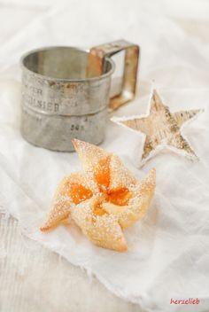 Joulutorttu sind Weihnachtskekse aus Finnland. Sie haben die Form eines Windrades und sind mit Marmelade gefüllt. Mein Rezept wird mit Skyr gebacken.
