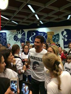Ex-BBB Marcelo Zagonel é recebido com festa em Curitiba