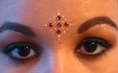 """Des attributs venus d'Inde pour s'embellir le temps d'une soirée La fête indienne sera vraiment mémorable si les participants sont maquillés et costumés. L'avantage de ce thème indien est triple : simple (réalisable avec quelques accessoires bon marché - bijoux, écharpes, voilages, collier de fleurs) ; seyant (ceux et celles qui n'aiment pas s'enlaidir y trouveront leur compte) ; réalisable sur place si on désire en faire une """"animation"""" lors de la soirée. D..."""