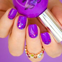 15 diseños de uñas en color morado. Nail colors. Nails desings. Purple nails. Diseño de uñas color morado con glitter color rosa
