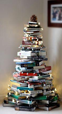 Qui a dit qu'il fallait dépenser une fortune pour avoir un beau de sapin de Noël ? Certainement pas nous ! Voici une sélection de 14 sapins de Noël qui n'ont pas coûté cher à fabriquer. Vous allez voir... L'imagination n'a pas de limite. Regardez :