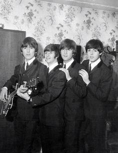The Beatles featuring Paul McCartney George Harrison John Lennon and Ringo Starr Foto Beatles, Beatles Love, Beatles Photos, Beatles Museum, Beatles Funny, Beatles Guitar, George Harrison, Paul Mccartney, Beatles Party