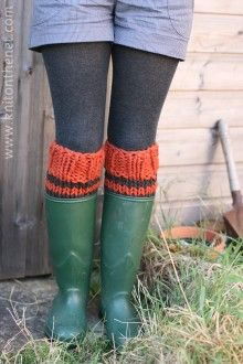 Totally making myself a pair of legwarmers this year!  Maybe two, one for wearing indoors, another for wearing under boots, like seen here!
