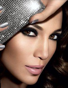 Como hacer un maquillaje de ojos ahumados paso a paso de manera sencilla y para verte como tus famosas favoritas. ¡Anímate a probar todas estas ideas! :)