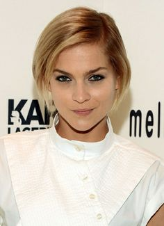 Chic Short Haircuts: Popular Short Hairstyles for 2019 - Frisuren Site Angled Bob Hairstyles, Blonde Bob Hairstyles, Popular Short Hairstyles, Short Bob Haircuts, Hairstyles Haircuts, Hairstyle Short, Hairstyle Ideas, Celebrity Short Hair, Celebrity Hairstyles