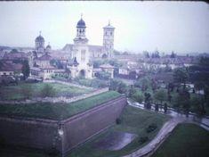 Romania 1984-1986 vazuta din ambasada SUA | Muzeul de Fotografie Bucharest, Socialism, Romania, Paris Skyline, Taj Mahal, Building, Travel, Life, Viajes