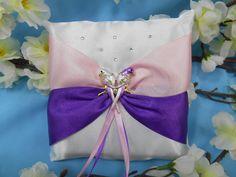 Атласная подушечка для колец cо стразами Swarovsky  и ювелирным украшением в виде двух птиц  для свадьбы в сиренево-розовых тонах.