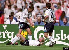 England's Paul Gascoigne re-enacts the infamous Dentist's Chair incident with Teddy Sheringham Football Celebrations, Euro 96, Football Rivalries, England Players, Bobby Charlton, England Football, Music Pics, England And Scotland, Heroes