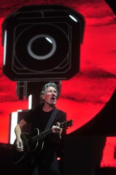 Roger Waters e projeção ao fundo.