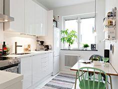Keltainen talo rannalla: Paljon valkoista ja keittiöitä