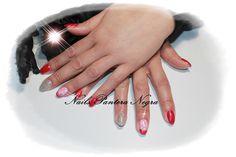Unhas em gel cor rosa com nail art feita a mão