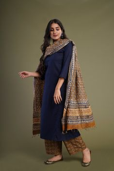 Plain top with kashmiri print salwar suit Ethnic Outfits, Indian Outfits, Indian Clothes, Pakistani Clothing, Dress Indian Style, Indian Dresses, Abaya Style, Indian Attire, Indian Wear