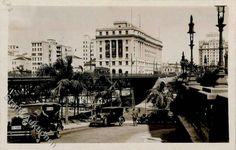 1928 - Vale do Anhangabaú. Ao fundo o edifício Alexandre Mackenzie. Vemos também o antigo Viaduto do Chá demolido 10 anos depois em 1938.