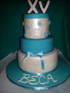Pastel de XV años blanco con azul por Cake Boutique México