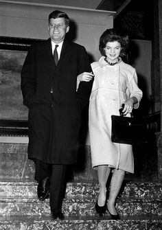 1960. 5 Avril. Sen. John F. Kennedy and his wife, Jacqueline, walk arm-in-arm as they leave the Milwaukee Journal building after a successful Democratic presidential preference primary in Milwaukee, Wis