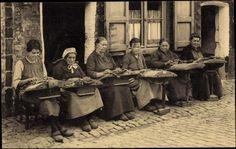 Postcard Dentellières flamandes, Klöpplerinnen bei der Arbeit, Belgien