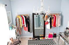 Ideia de closet feito com araras.