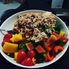 Back home for the weekend so kept it simple - tuna mixed with a little sour cream and sweet chilli sauce. Steamed broccoli with peppers and tomatoes #90daysssgraduate #thebodycoach #leanin15 #lowcarb #saturday #lunch #tuna #fishy #broccoli #peppers #tomatoes #sourcream #sweetchillisauce #cleanandlean #cleanandleanwarrior #fitfam #healthiswealth #healthy #active #fitforlife #fitlondoners #weekend #attherents by thetravellingrep